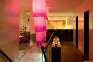 Qiu Bar bietet eine chillige Atmosphere an die durch die Lichtspiele hergestellt wird